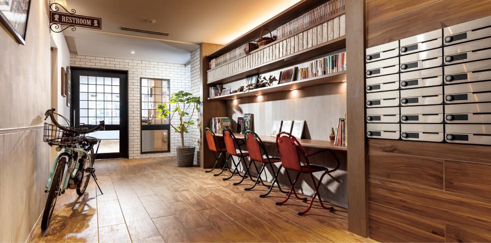 エントランス脇の共有部に、自由に読書や仕事などができるカウンターを設置。