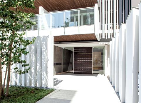 白を基調にデザインされた、明るく開放的なエントランス。
