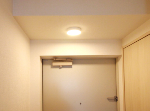 手を使わず照明を付けられる「人感センサーライト」。