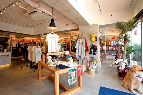 ファッションからペット用アイテムまで幅広く取り揃える店内。