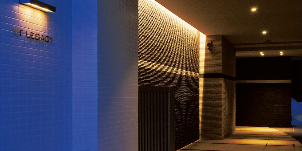 エントランスまでのアプローチは、雰囲気を大切にしたいので照明計画にもこだわった。デザインタイルの貼り方を工夫するなど、シンプルながらも洗練された空間に。